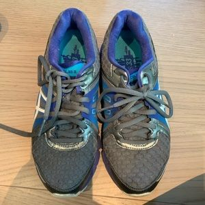 Sz. 6 Woman's ASICS running sneakers!